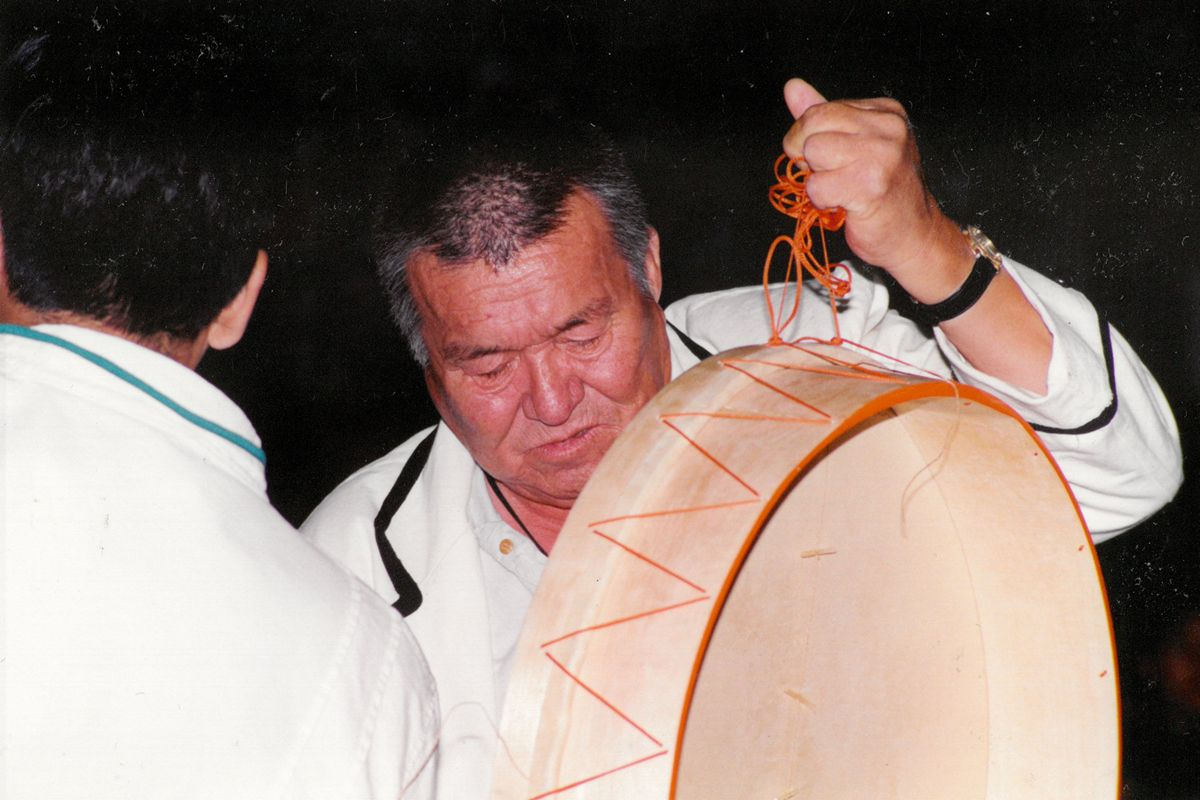 drummer-holding-drum